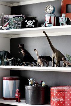mommo design - diy paint back of bookshelf