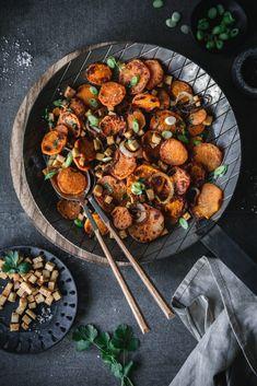 Roasted sweet potatoes with tofu. - Roasted sweet potatoes with smoked tofu and coriander - Roasted Sweet Potatoes, Roasted Chicken, Raw Food Recipes, Healthy Recipes, Evening Meals, Vegan Snacks, Eating Habits, Food Photography, Veggies