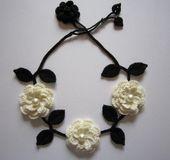 ★ご覧頂きありがとうございます★        白い大きなお花と黒い葉っぱ                        かぎ針で編んだネックレスです。        大きさ           花・・・・・・・・・約3㎝・4.5㎝           葉っぱ・・・・・・・約3㎝                糸の太さ20番のレース糸を使用しました。