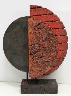 KeraCoat voorbeeld, halve cirkels gemaakt van piepschuim dit met stokken aan elkaar gemaakt op een voetstuk. Het geheel bewerkt met KeraCoat bij de KeraCoat steengoed gedaan om accenten aan te brengen. Dit alles een kleur gegeven met een brush techniek acryl. Texture Painting On Canvas, Abstract Canvas, Art Sculpture, Abstract Sculpture, Keramik Design, Pottery Handbuilding, Cement Art, Composition Art, Small Sculptures