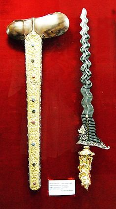 Keris Tosan Aji Neka Museum Ubud Bali Page 3 Swords And Daggers, Knives And Swords, Clean Perfume, Types Of Swords, Zombie Weapons, Cool Swords, Indonesian Art, Military Weapons, Ubud