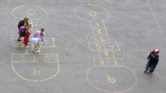Barn i en skolegård. - Hva hvis mitt barn er en av dem som sørger for at noen alltid er alene i skolegården? (Illustrasjonsfoto) - Foto: Roald, Berit / NTB scanpix