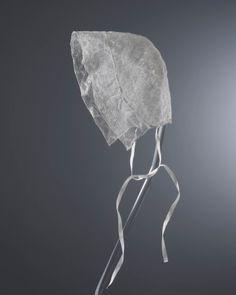 Deze hul werd in 1898 geëxposeerd als onderdeel van kostuum van vissersvrouw van eiland Schokland. Op dat moment was Schokker dracht al verdwenen, eiland in 1859 ontruimd vanwege dreiging van overstromen. Schokkers zijn toen naar omringende plaatsen als Kampen en Vollenhove verhuisd. Sommigen bleven daar Schokker dracht nog trouw, anderen namen kleding van nieuwe woonplaats of algemene modekleding over. Kostuum voor tentoonstelling in 1898 werd gemaakt door Schokkers uit Vollenhove…