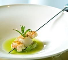 Scallops and crayfish with shallots and Granny Smith apples. Mininimal and very fashionable. Weird Food, Food Waste, Food Presentation, Food Design, Food Plating, Food Preparation, Cooking Time, Seafood Recipes, Food Inspiration