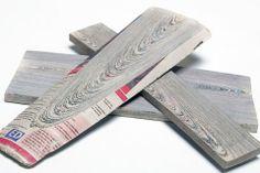 Mieke Meijer /// designer hollandaise a commencé à réfléchir à une manière de retransformer le papier journal en bois. Ayant mis cette idée de côté pendant près de 4 ans, elle y revient après avoir rencontré Arjan van Raadshooven et Anieke Branderhorst du studio Vij5. En serrant le plus possible les feuilles les unes aux autres et en les liant grâce à une résine bio, ils créent une matière proche du bois pouvant être poncée et utilisée de la même manière.
