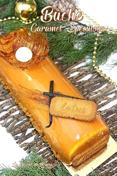 A speculoos log with a creamy caramel insert and pears, vanilla mousse and crispy speculoos, all enhanced with mirror glaze Easy Smoothie Recipes, Easy Smoothies, Cake With Cream Cheese, Cream Cheese Frosting, Cremeux Caramel, Vanilla Mousse, Vanilla Cake, Coconut Smoothie, Healthy Smoothie