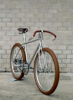 A single-speed bicycle is a type of bicycle with a single gear ratio. A single-speed bicycle is generally cheaper, lighter, and mechanic. Velo Retro, Velo Vintage, Retro Bicycle, Vintage Bicycles, Bicycle Art, Velo Design, Bicycle Design, Bici Fixed, Velo Cargo