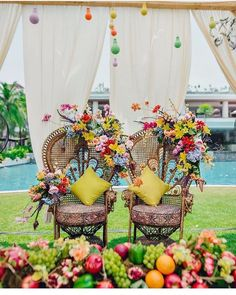 Impressive mehndi stage decor ideas for your mehndi ceremony. A selection of best mehndi seating ideas you have never seen. Desi Wedding Decor, Wedding Mandap, Indian Wedding Decorations, Wedding Receptions, Wedding Stage, Hotel Wedding, Luxury Wedding, Dream Wedding, Mehndi Stage Decor