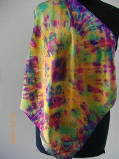 Este lenço foi pintado como um batique e fixado ao microondas, é uma seda de grande qualidade, é um tweed.