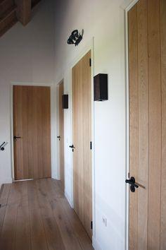 Eiken opgeklampte deur met zwart deurbeslag. Deuren by Frank van den Boomen Deuren