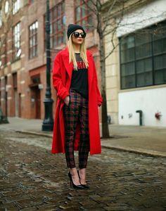 La nouvelle tendance est d'associer des pièces chic avec des articles street. On valide la tenue tout en rouge de cette blogueuse avec une mention spéciale pour son pantalon à carreaux qui risque bien d'être...