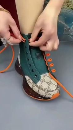 Ways To Lace Shoes, How To Tie Shoes, Diy Clothes And Shoes, Diy Fashion Hacks, Tie Shoelaces, Diy Bracelets Easy, Fashion Shoes, Mens Fashion, Diy Crafts Hacks