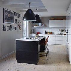 Hjemme hos Elisabeth i @hallooslo ser du i siste @bonytt styling by me & foto @rhartvig #interiors #interieur #stylinglove #hallooslo #kjøkken #blackandwhite #kitchen #lovemyjob