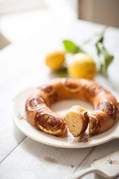 Une recette de gâteau moelleux et original au citron, peu sucré, avec des tranches fraîches de citron pour le décor et une touche de poudre d'amande pour la douceur. Voilà un dessert ou un goûter facile à réaliser et parfait avec un thé aux agrumes. Tea Time, Sausage, Arno, Blog Food, Desserts, Parfait, Salads, Dutch Oven, Tarts