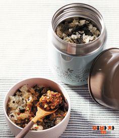 곤드레나물로 지은 밥은 맛이 담백하고 향이 독특한 것이 특징이에요.영양가와 포만감이 높아 다이어트 음식으로도 좋죠. 양념장이 더하면 맛이 두 배!따뜻할 때 먹어야 곤드레 향을 더 풍부하게 느낄 수 있어요.아직 쌀쌀한 날씨에는 보온도시락을 활용해보세요.재료(4인분)필수 재료마른 곤드레나물(1½컵=30g), 쌀(3½컵)밑간국간장(0.7), 들기름(2)양념장