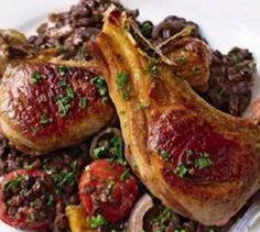 Баранина с овощами и чечевицей в красном вине Что взять для блюда Баранина с овощами и чечевицей в красном вине:      отбивные на кости бараньи – восемь штук,     чечевица – 250 граммов,     чеснок – зубок один,     луковица – 1 штука,     помидоры черри – двенадцать штук,     перец болгарский (желательно ярко-желтый или хотя бы красный) – 120 граммов,     вино красное и бульон бараний – по 150 миллилитров,     лист лавровый,     масло растительное,     зелень петрушки порезанная – 4 чайные…