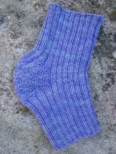 My father-in-law, after his knee replacement surgery, complained that his new knee was cold during the winter months. He requested a knee warmer, which I happily provided. Here's the result! Knitting Stitches, Knitting Patterns Free, Knit Patterns, Free Knitting, Knitting Socks, Knitting Ideas, Crochet Leg Warmers, Knit Crochet, Knee Cap