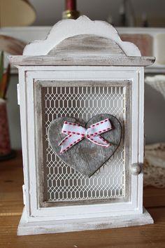 Petite boite à clés en bois,  romantique - esprit shabby - coeur et patine