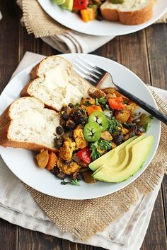 A hearty Tex-Mex veggie hash, loaded with scrambled tofu, black beans, peppers, Creamer potatoes and kale. Packed with protein! Vegan Breakfast, Breakfast Recipes, Breakfast Hash, Breakfast Ideas, Vegan Vegetarian, Vegetarian Recipes, Vegan Foods, Tex Mex, Meals For One