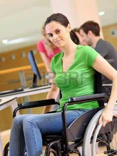 handicaps: Mujer joven en silla de ruedas de trabajo en la oficina Foto de archivo