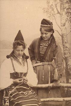 https://flic.kr/p/f6cTyd   Two women in traditional clothing from Sweden. Left: Rättvik in Dalarna county. Right: Sami from Jämtland. Två kvinnor i folkdräkt: Rättvik, Dalarna och Frostviken, Jämtland   Nordiska Museet. NMA.0033081  Lisens: Public domain.
