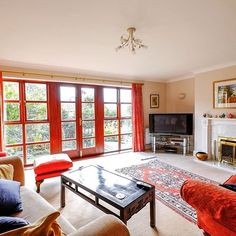 This beautiful new homestay in Barnet provides the perfect way in which to enjoy the crisp autumn daylight, from the comfort of it's gorgeous sitting room.  #homestay #autumnsun #londonaccomodation #cityhomestay #accommodationforprofessionals