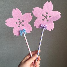 いいね!76件、コメント24件 ― きおさん(@yk_319wed)のInstagramアカウント: 「桜プロップス こんな感じです。 * 2枚で100円のコースターに キャンドゥのペーパーストロー ダイソーのリボンです * グルーガンで貼り付けるだけなので なんの手間もかかりません! *…」 Fairy Wands, Photo Props, Instagram Posts, Jewelry, Jewlery, Jewels, Jewerly, Jewelery, Wands