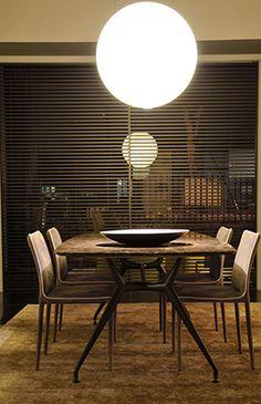 Originalità estetica ed innovazione tecnologica. Trasparenze e nuances contemporanee.Sono le caratteristiche della  nuova presentazione del nostro show-room a #Piacenza. Al centro spicca il tavolo #Manta di #Rimadesio, sul quale è appoggiato un prezioso piatto di #RinaMenardi.  Il #tappeto è un #Kilim antico, decolorato e  poi ricolorato nei toni contemporanei.Sullo sfondo le porte scorrevoli #Stripe Rimadesio, caratterizzate da listelli orizzontali. @davidegroppi
