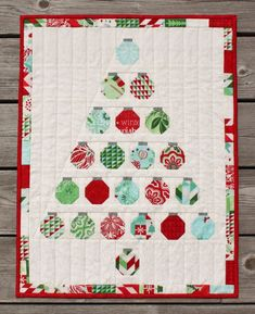 Christmas Baubles Quilt by Jen Daly.Christmas Baubles is a sweet little x quilt that you can make with a mini charm pack of your favorite Christmas fabrics. Christmas Tree Quilt, Christmas Quilt Patterns, Christmas Sewing, Christmas Fabric, Noel Christmas, Christmas Baubles, Christmas Projects, Modern Christmas, Christmas Wall Hangings