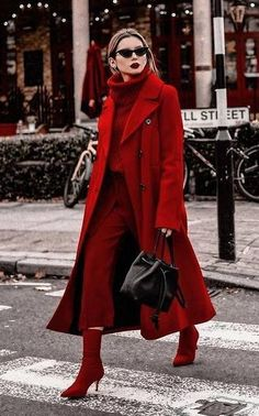 trend-alert-looks-street-monocromáticos - Fall Fashion Red Coat Outfit, Burgundy Outfit, Winter Coat Outfits, Winter Fashion Outfits, Autumn Winter Fashion, Sporty Fashion, Ski Fashion, Burgundy Sweater, Classy Outfits