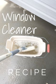 Homemade Outdoor Window Cleaner Recipe This recipe is quick and easy and keeps the windows streak free! Window Cleaning Solutions, Window Cleaning Tips, Deep Cleaning Tips, Household Cleaning Tips, House Cleaning Tips, Natural Cleaning Products, Spring Cleaning, Cleaning Hacks, Household Cleaners