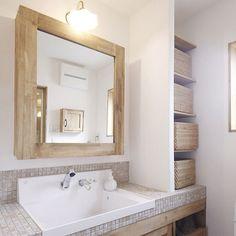 女性で、の無印良品/自然素材/木のお家/漆喰/初投稿/タイル…などについてのインテリア実例を紹介。「理想通りの洗面台✩︎⡱ 右側のラタンバスケットには家族の着替えなどを収納しています☺︎ 写っていませんが、鏡の中&洗面台下も収納になっています(*´꒳`*)」(この写真は 2017-10-23 22:02:11 に共有されました)