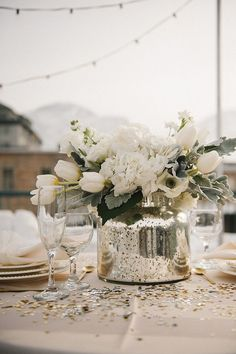 White flowers are also excellent because they keep the décor bright and simple
