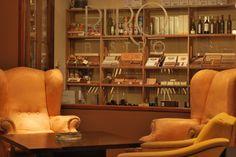 Puro Bistro es la suma de Tabaquería, y CigarBar, donde se pueden disfrutar picadas, y distintos tragos, donde la sobremesa invita a quedarse. Encontrará en su salón principal sillones Berger y mesas bajas, iluminado por tres arañas de epoca y velas, mesas con sillas Tonet y otro sector dónde se encuentra la barra con mesas y bancos.