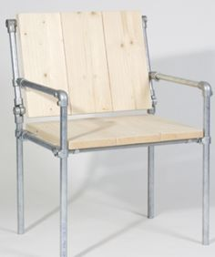 Stoel van steigerbuis en steigerhout om zelf te bouwen.