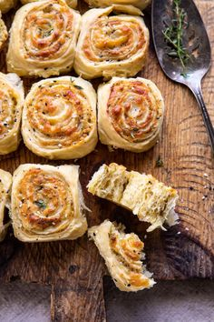 Herby Everything Cheddar Swirl Buns. - Herby Everything Cheddar Swirl Buns. Think Food, Love Food, Food For Thought, Tapas, Vegetarian Recipes, Cooking Recipes, Kitchen Recipes, Easy Cooking, Cupcakes