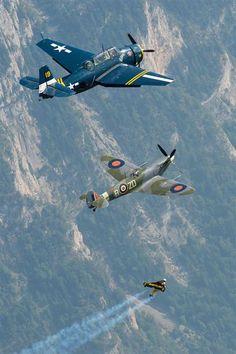 「ジェットマン」の愛称でおなじみのイブ・ロッシーさん(スイス)が7日、第2次世界大戦で活躍したイギリスの戦闘機「スピットファイア」、アメリカの雷撃機アヴェンジャーと編隊飛行を行った。