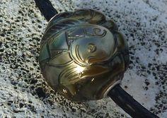 Great handcrafting by tahitian tatoo master. Oceanic art , Mahi mahi fish sculpted in 14 mm tahitian pearl.