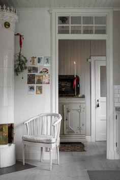 Scandi Home, Nordic Home, Vintage Farmhouse, Farmhouse Design, Cottage Christmas, Yellow Houses, Interior Decorating, Interior Design, Cozy House