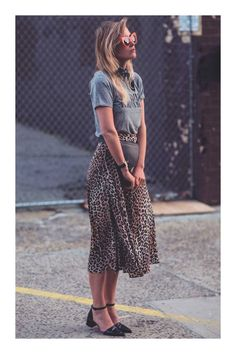 Make your outfit stand out in a cool way by pairing your favorite logo or T-shirt with a saying that expresses YOU! This is a very cool and effortless way to wear a midi leopard skirt! Animal Print Skirt, Leopard Print Skirt, Animal Prints, Leopard Skirt Outfit, Midi Dress Outfit, Animal Print Style, Animal Print Outfits, Leopard Print Outfits, Animal Print Fashion