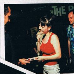 meg white chats with fans after the white stripes show in oxford Meg White, Jack White, The White Stripes, Florence The Machines, Shake Hands, Amy Winehouse, Arctic Monkeys, Shades Of White, Gorillaz