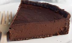 Συνταγή για πεντανόστιμη τάρτα σοκολάτας με 4 υλικά! Η σοκολατένια τάρτα είναι πολύ νόστιμη και με πολλές θερμίδες! Βέβαια μία φορά την εβδομάδα μπορούμε