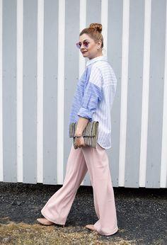 Gestreifte Hemdbluse mit rosa Palazzopants   So stylst Du eine gestreifte Bluse   Outfit #streifen #streifenbluse #palazzo #palazzopants #rosa #Ü40 #modeblog #stripes