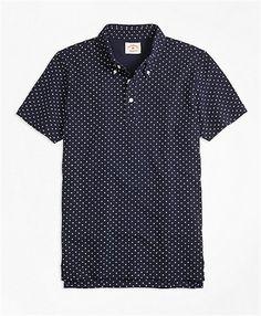 ピケ素材の半袖ポロシャツ表面に凸凹感のあるピケ織りを用いました。ダイヤモンド状に配したプリントのドット柄が特徴的、ボタンダウン仕様の襟もアクセントに。◆Red Flee…