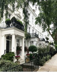 Stay in a London townhouse for some time. London Townhouse, London Apartment, London House, London Life, Chelsea London, Future House, Exterior Design, Interior And Exterior, Beautiful Homes