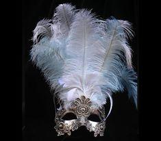 LACE WHITE PLUMES Maschera originale veneziana, realizzata a mano in cartapesta, decorata con la tecnica dello screpolato (Craquelè) foglia d'oro, pizzo macramè ed impreziosita da cristalli Swarovski e perle.