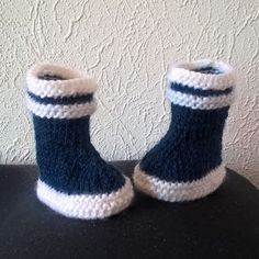 I fell for this model of small baby booties. It is original, reminiscent of the famous plastic boots Knitted Booties, Baby Booties, Baby Shoes, Crochet Bebe, Knit Crochet, Baby Rain Boots, Tricot Baby, Plastic Boots, Knitting Patterns