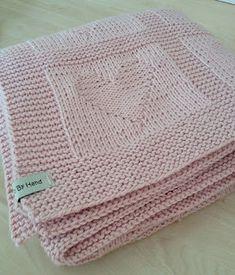 Dette baby teppet er det mange som strikker rundt forbi har jeg sett. Et flott teppe med hjerter strikket inn. Jeg har brukt Mor Aase ull...