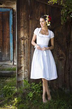 Warum nicht in einem Dirndel heiraten? Wundervolle Brautkleider gibt es bei Julia Trentini in München https://www.marryjim.com/de/Julia-Trentini/Designer-Brautkleider/id208 Bavarian wedding dress by Trenini, Munich, Germany: https://www.marryjim.com/de/Julia-Trentini/Designer-Brautkleider/id208 #dirndl #münchen #juliatrentini