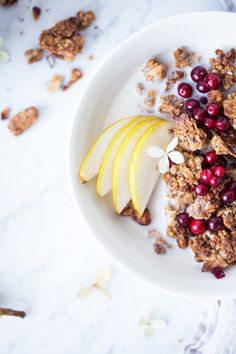 Champagne Brunch – How to Throw the Perfect Brunch - Typical Miracle Breakfast In A Jar, Breakfast Items, Banana Granola, Brunch Items, Gluten Free Granola, Champagne Brunch, Baked Chicken Breast, Fresh Bread, Fish Dishes